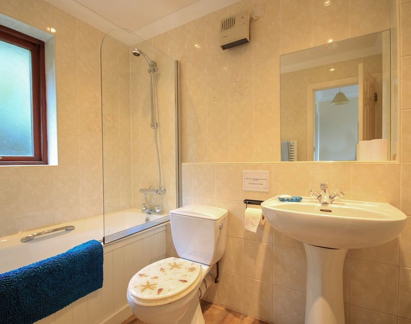 The family bathroom in Hatchlands, a dog friendly, self catering holiday house to rent in Rock, Cornwall.