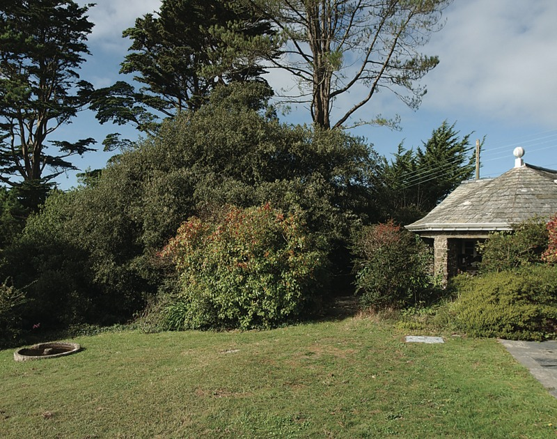 Stretch out on the lawns of Little Trig, holiday house to rent near St Enodoc golf club in Rock