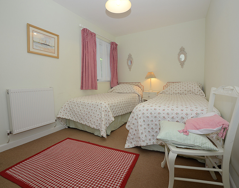 The pretty twin bedroom in Slipway 12, a self catering holiday rental in Rock, North Cornwall.