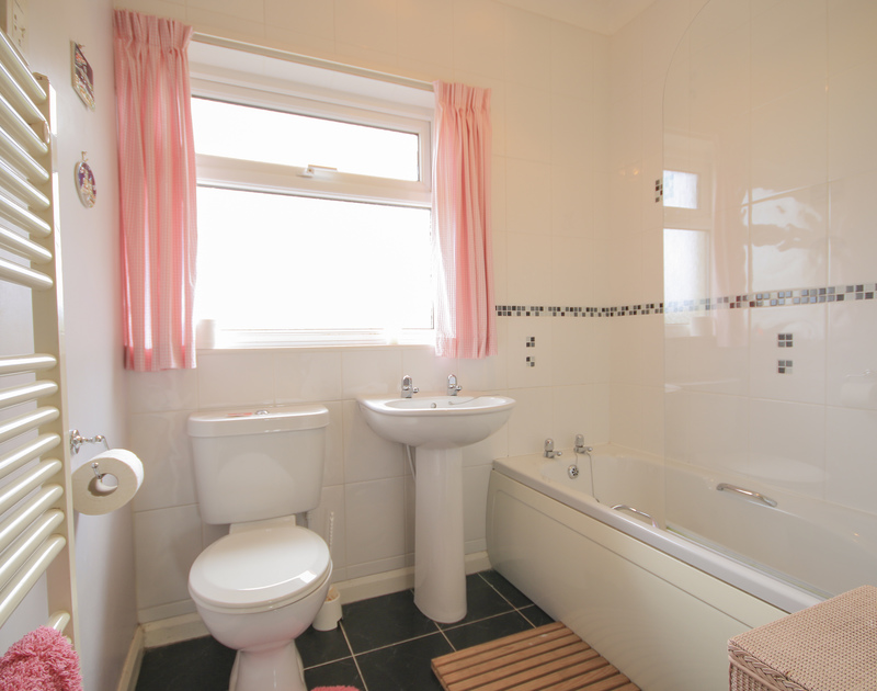 An attractive family bathroom at Little Belz, a holiday house in Polzeath, Cornwall