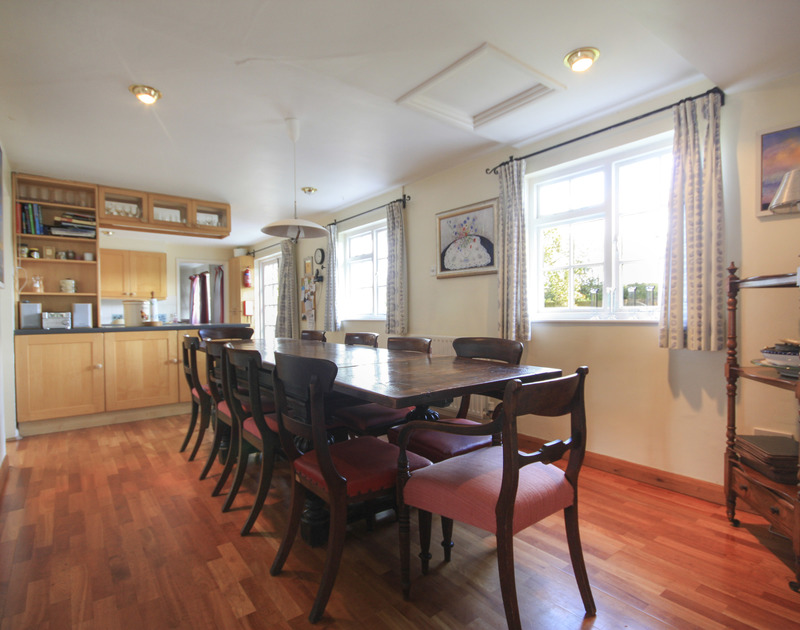 Traditional table and chairs of the dining area of Trewiston Cottage, a charming holiday rental at Daymer Bay, Cornwall