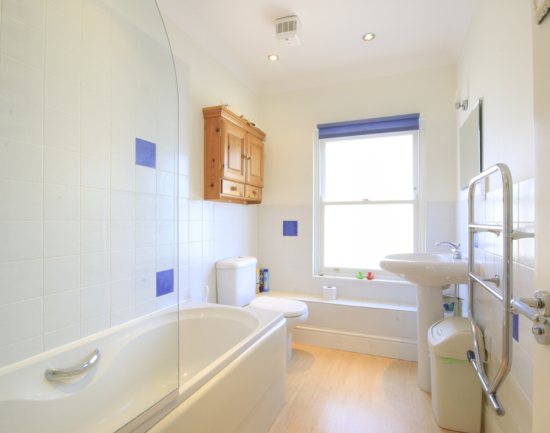 The family bathroom in Lowenna Manor 9, a self catering holiday house to rent in Rock, North Cornwall.