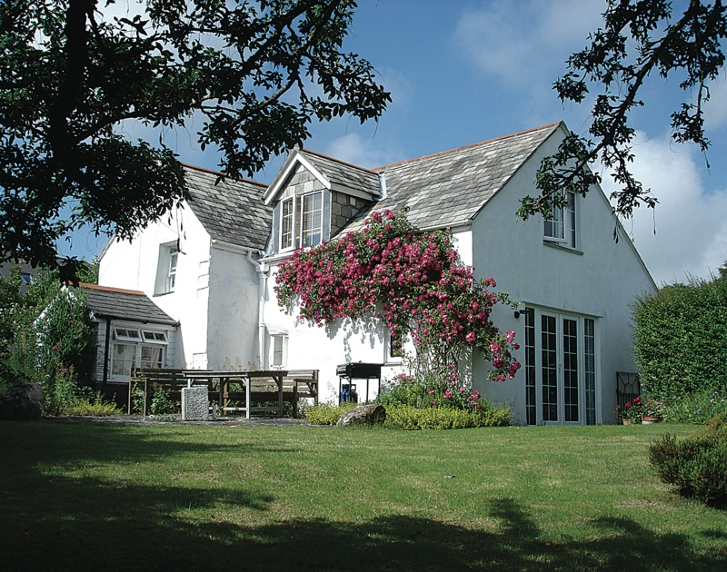 The pretty external view of Rose Cottage, a delightful self catering holiday cottage to rent in Rock, Cornwall.