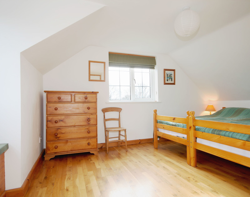 The second twin bedroom showing the twin beds together in Rose Cottage, a self catering holiday cottage to rent in Rock, Cornwall.