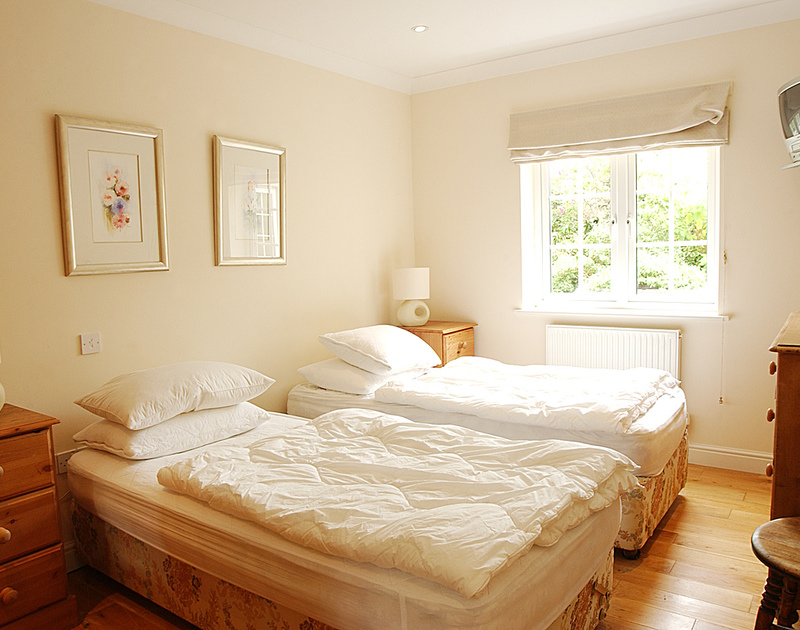 Light and attractive twin bedroom at Bodare 3, a self-catering holiday apartment at Daymer Bay, Cornwall