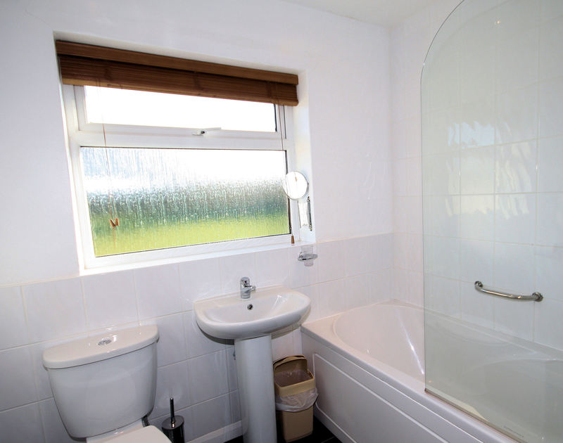 The bathroom in Badgers Cliff, a seaside holiday house to rent in Polzeath, on the North Cornish Coast.