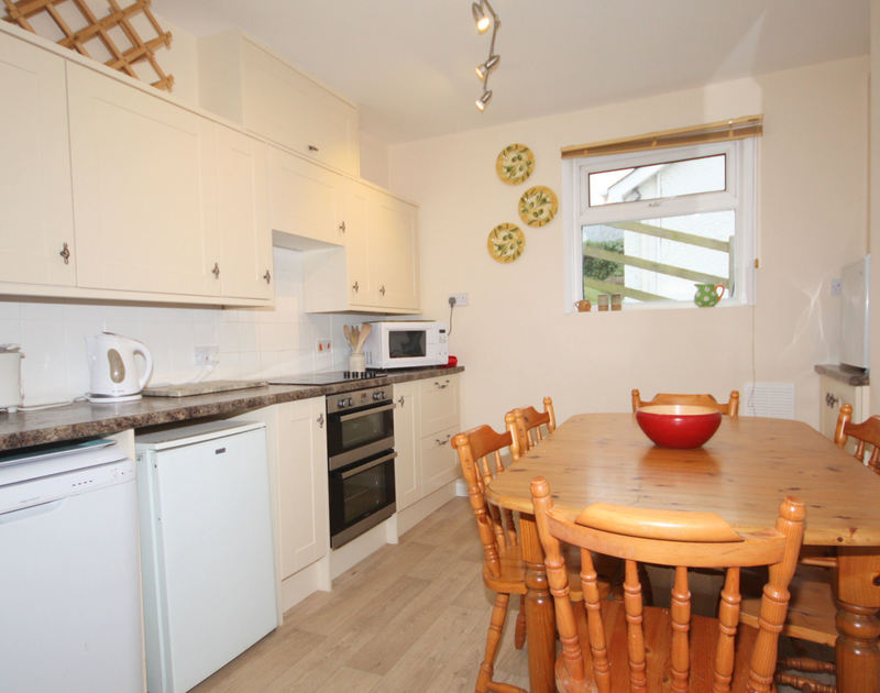 The kitchen/diner of Seaspray, a self-catering holiday house in Polzeath, North Cornwall