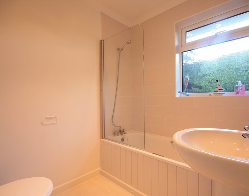 The bright bathroom in Little sailing, a self catering holiday house to rent in Rock, North Cornwall.