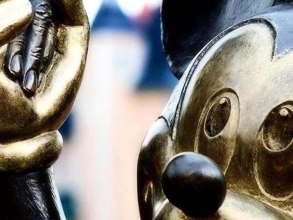 Иллюстрация к статье: Секреты конверсии от Disney: волшебный клиентский опыт и 70% повторных визитов