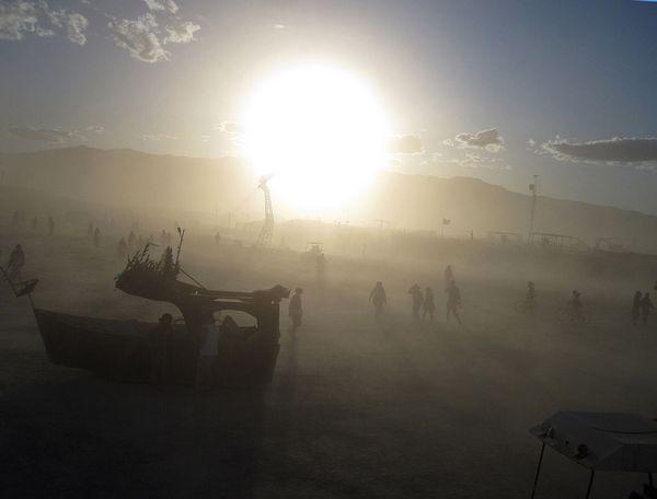 Иллюстрация к статье: Пример ценовой дискриминации: повышение прайса на услуги автомоек в период фестиваля Burning Man