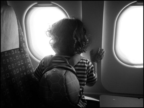 Иллюстрация к статье: Авиаперелеты с маленькими детьми: инструкция по выживанию