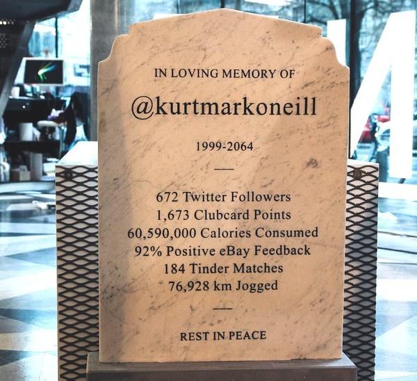 Надгробный камень с подробной «статистикой»