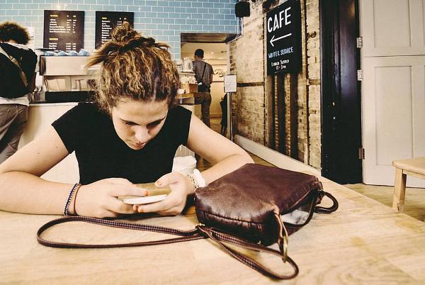 Какое поколение чаще отвлекается на смартфоны