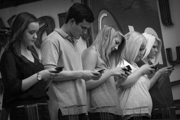 Иллюстрация к статье: Как победить зависимость от телефона и соцсетей, и откуда она берется?