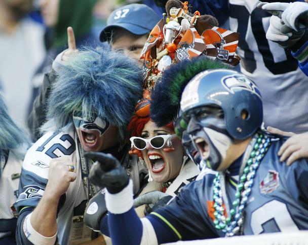 фанаты надевают одежду с цветами их команды, чтобы выразить свою принадлежность определенной группе