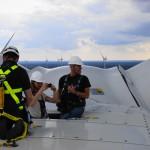 Bojje och Isac njuter av utsikten tillsammans med Vestas supervisor Niklas