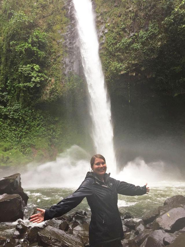 Reisspecialist Anouk bij een waterval in La Fortuna