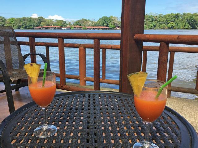 Cocktail in de lodge in Tortuguero