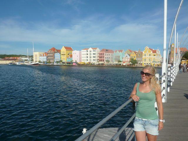 Reisspecialist Inge op de Pontjesbrug in Willemstad