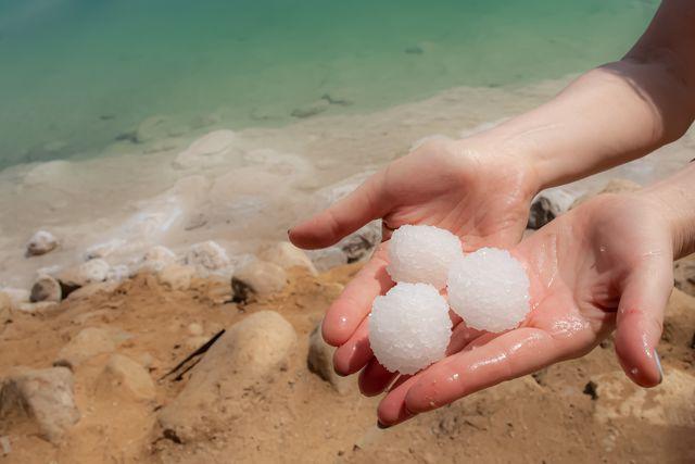 Zoutbollen bij de Dode Zee