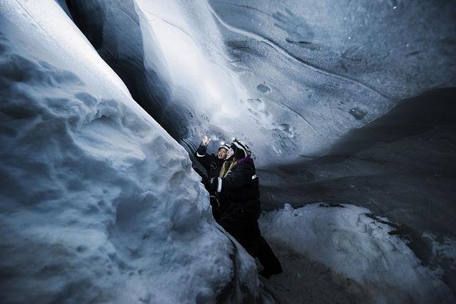 Wandelen in een ijsgrot op Spitsbergen