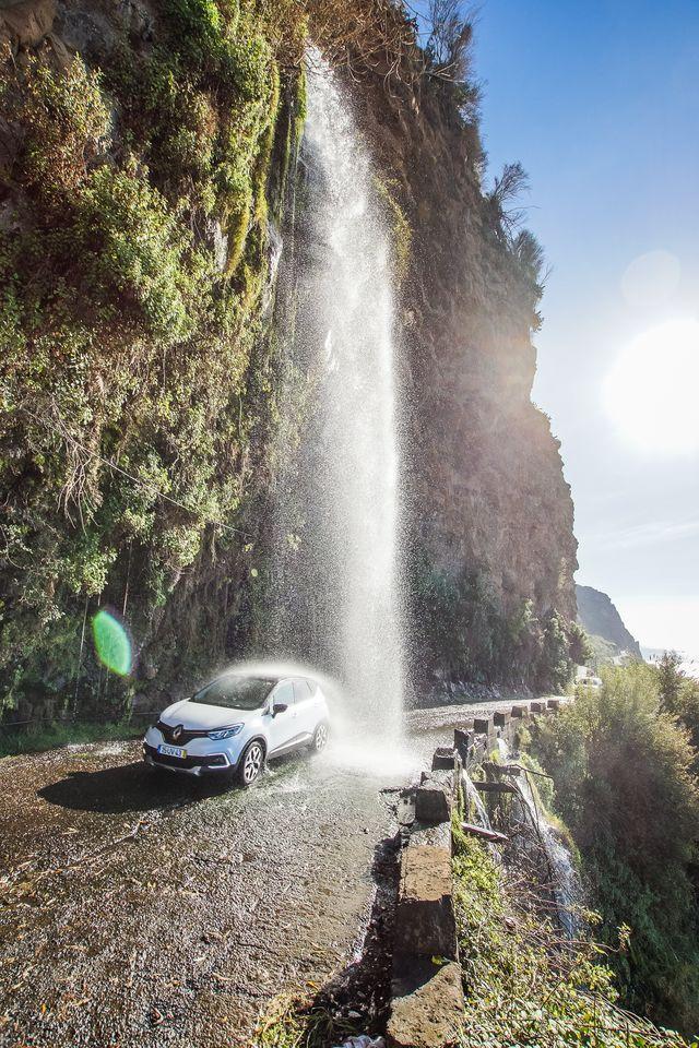 Auto onder waterval