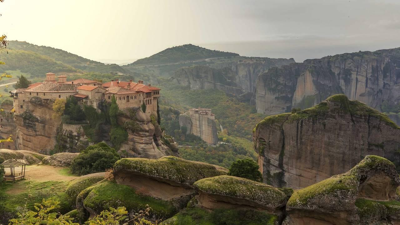 Dorp in de rotsen in Meteora