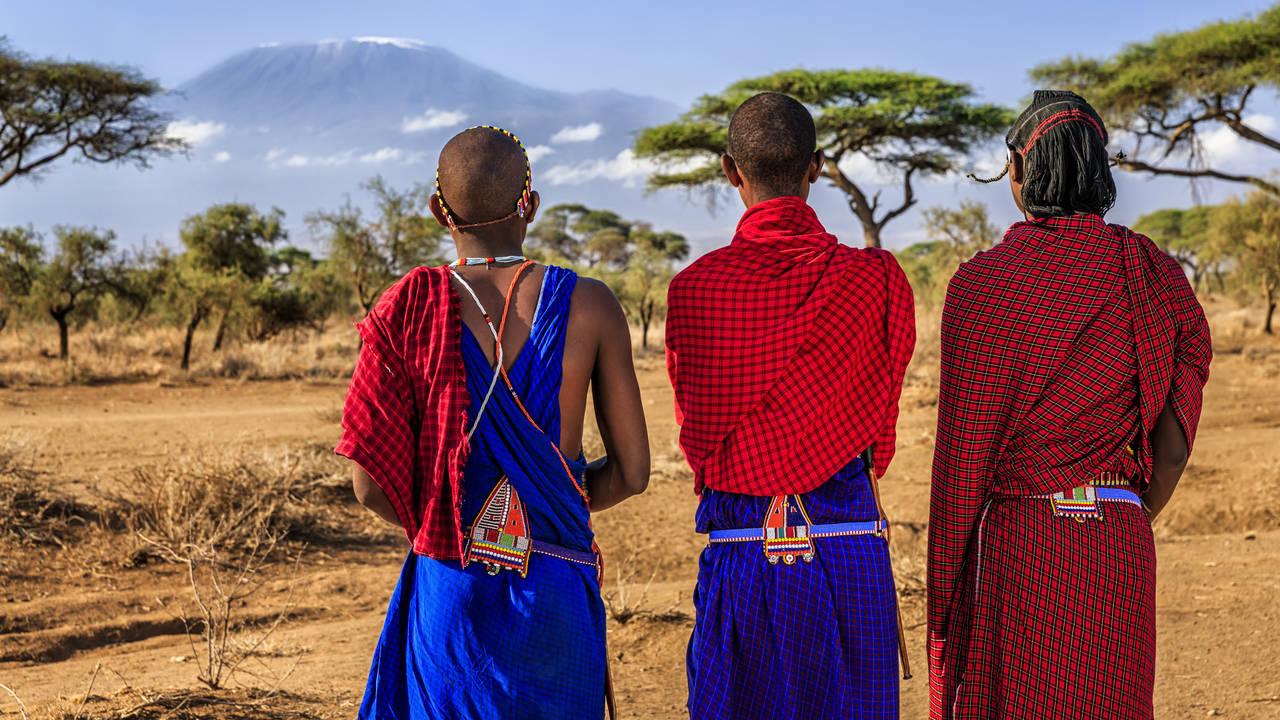 Masai uitkijkend op de Kilimanjaro