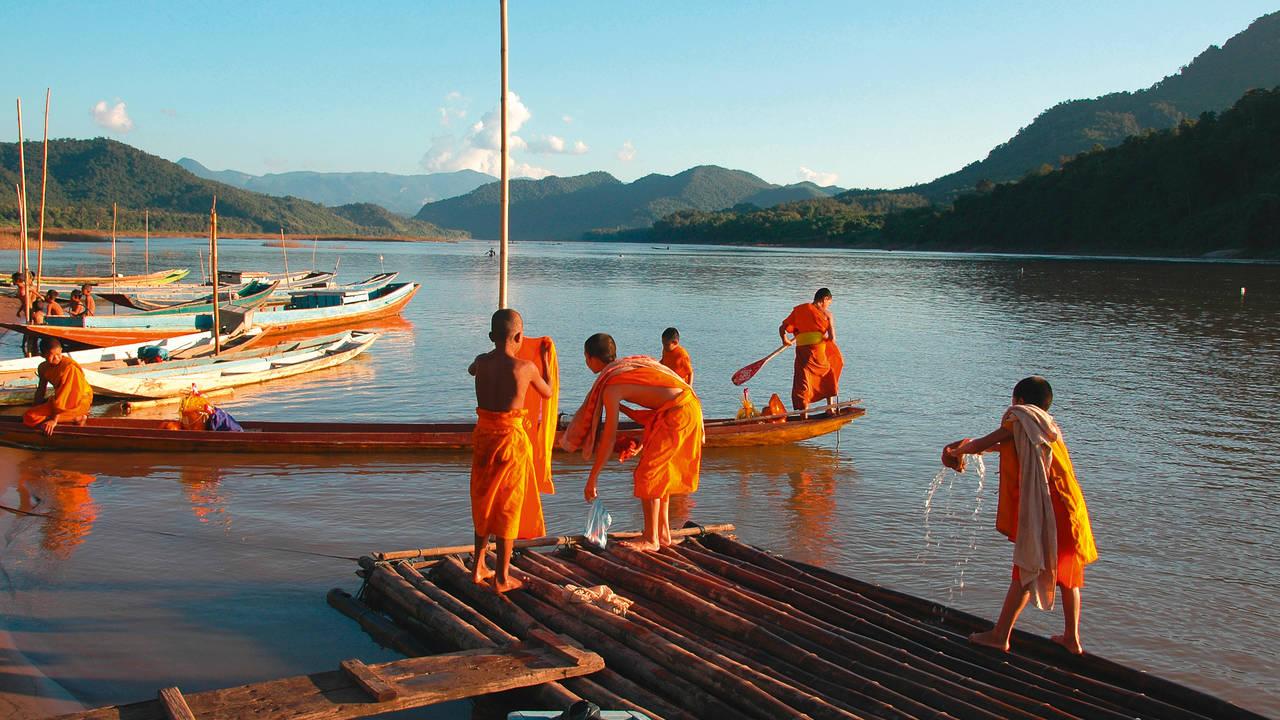 Monniken bij de haven