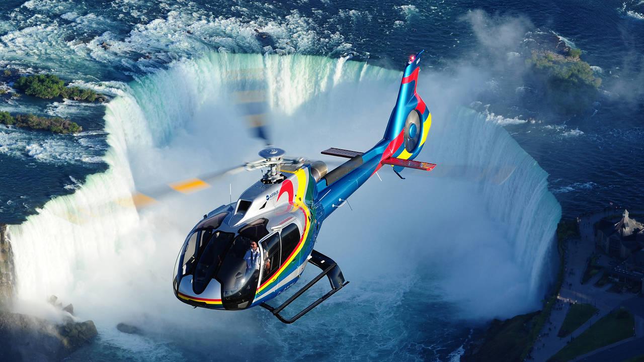 Helikopter boven Niagara Falls