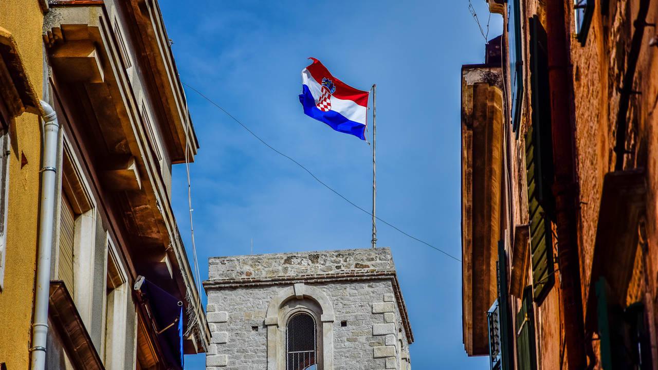 De vlag van Kroatië op een toren in Sibenik