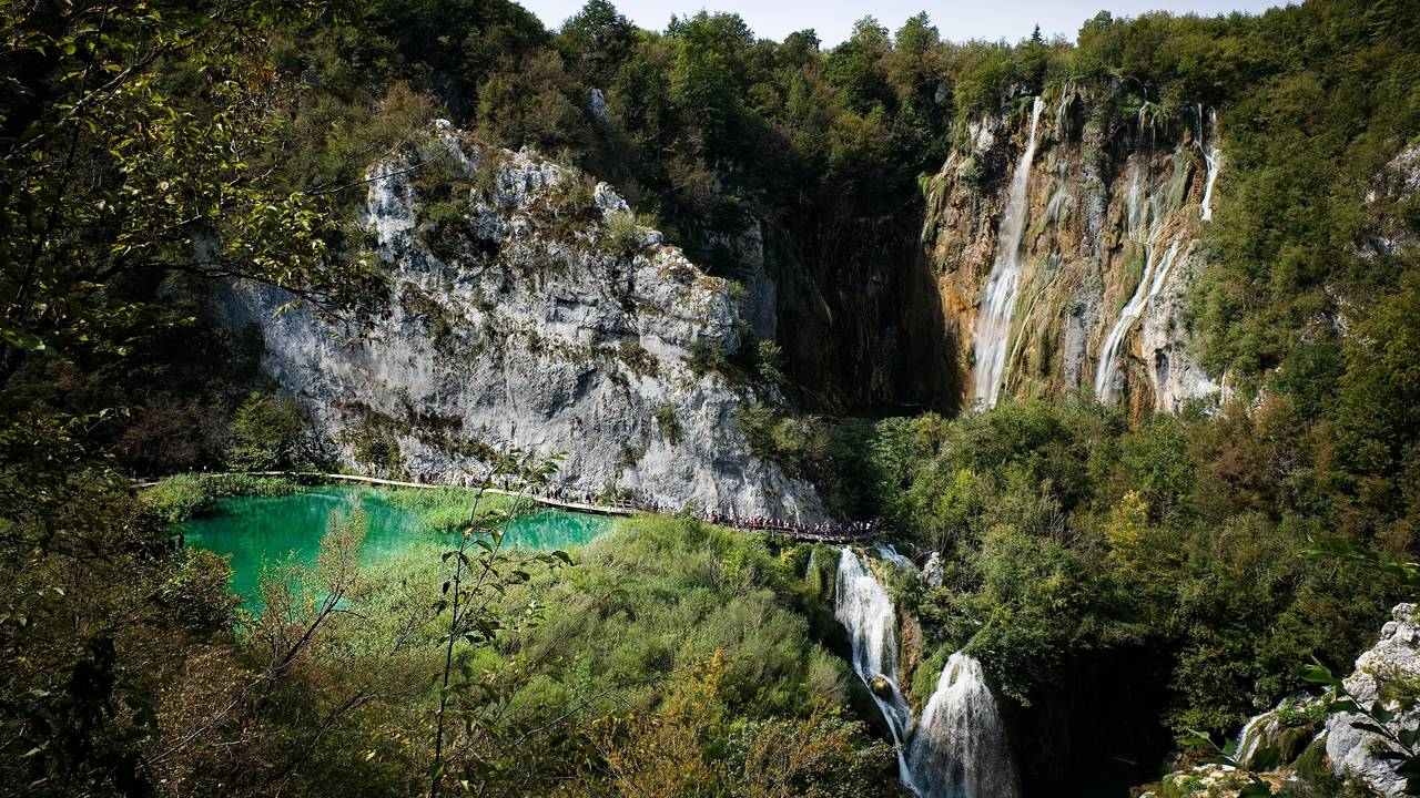 Wandelpad in Plitvice National Park merengebied en watervallen