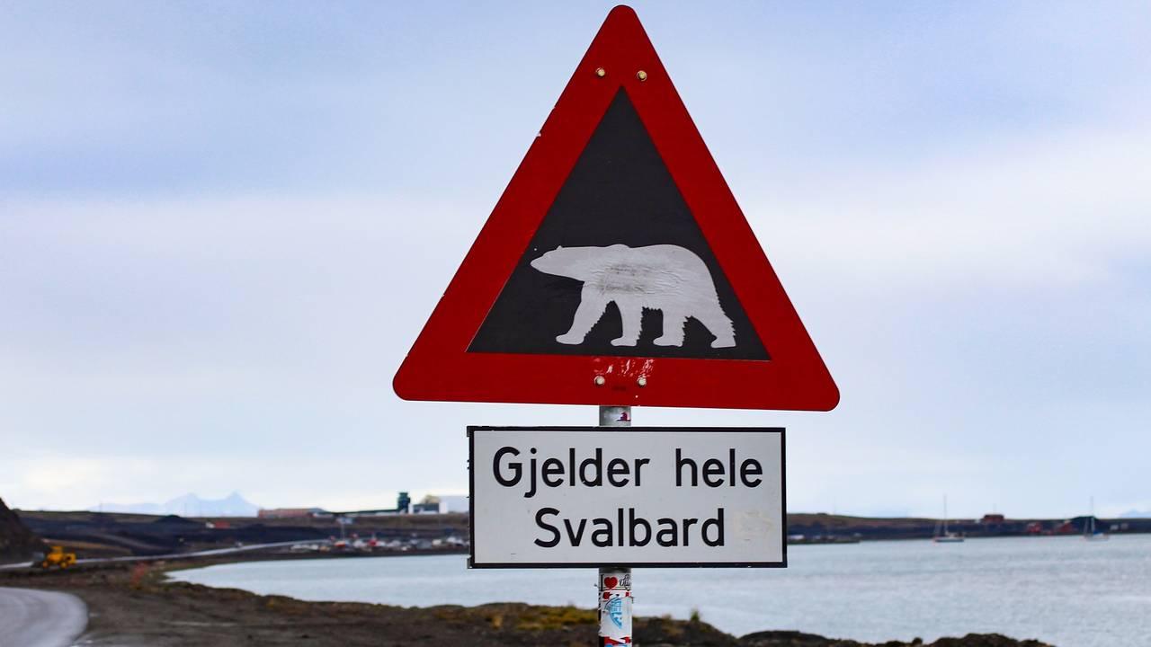 Waarschuwingsbord voor ijsberen in Spitsbergen