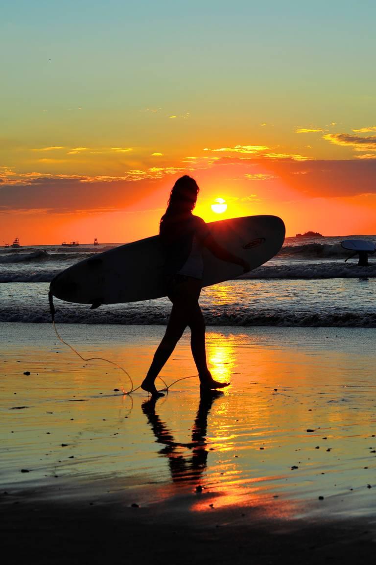 Surfen tijdens zonsondergang in Costa Rica