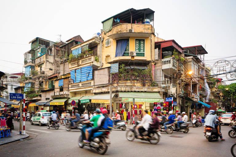 De vele motors bepalen het straatbeeld van Hanoi