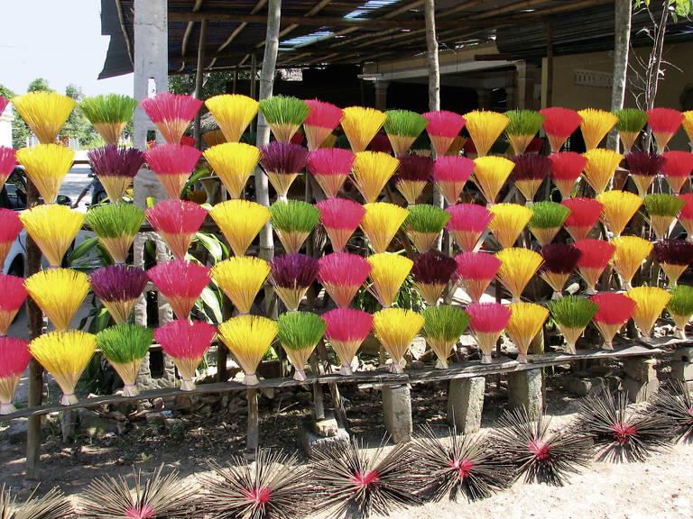Gekleurde wierrook stokjes in Hue