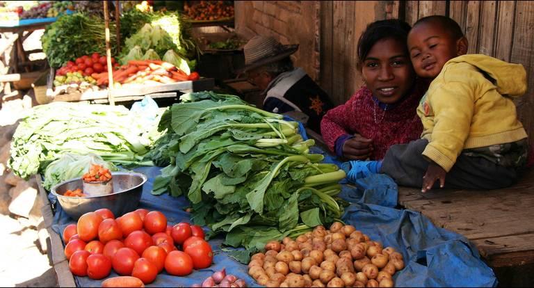 Lokale verkopers op de markt, Madagascar