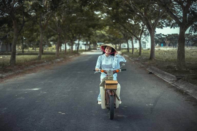 Vietnamese vrouw op een brommer in Hue