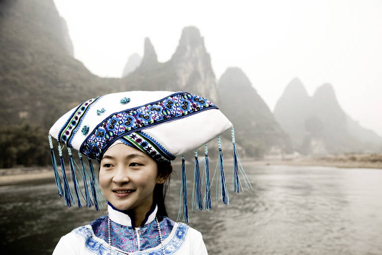 Vrouw met uitzicht op de Li Rivier, Guilin