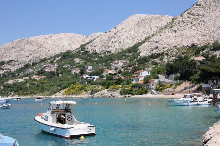 Bootjes in de baai van Krk