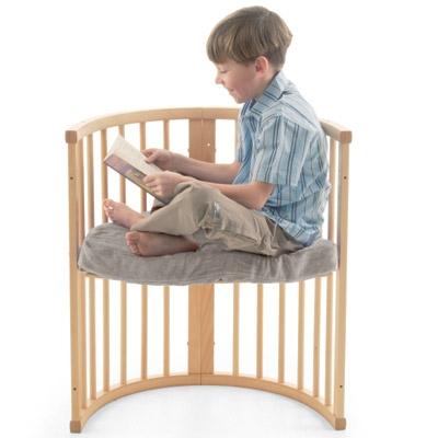 Αργότερα, το κρεβάτι μετατρέπεται σε δύο όμορφες πολυθρόνες