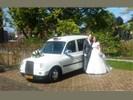 Witte Engelse taxi als comfortabel en ruim trouwvervoer