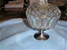 Bonbonnière op voet met fraaie deksel van geslepen glas.