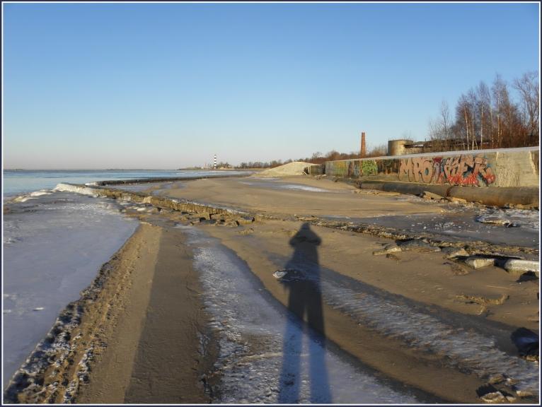 Kādreiz ūdens skalojas līdz pat dambim, kur vētru laika tika fotografetas viļņu šļakatas...