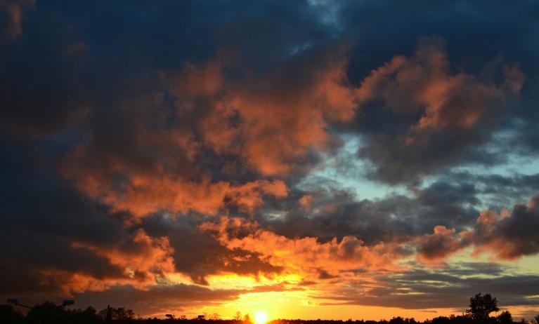 ...kā rezultātā saule noriet burvīgās debesīs, piedvesdama ziedu un putnu dziesmu laikam vēl romantiskāku noskaņu...