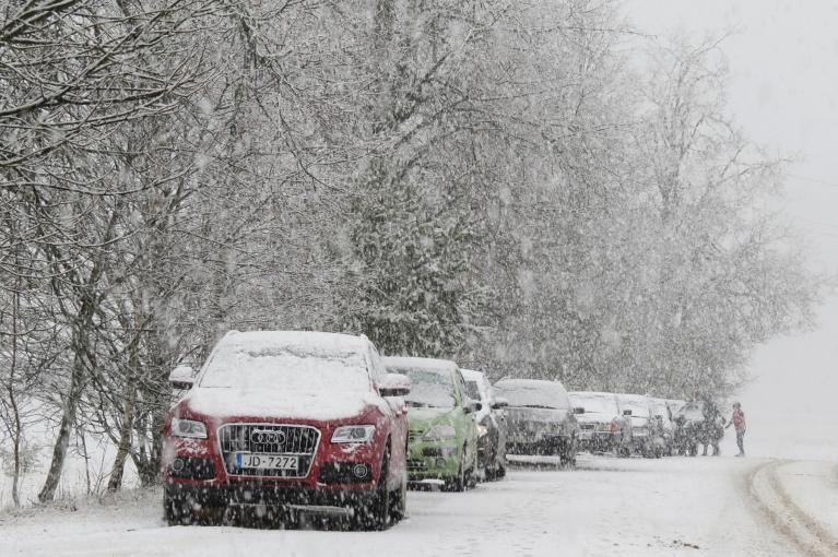 """Autors: Migla. 15. marta pēcpusdienas sniegputenis. Beidzies pasākums Tautas namā - pasākuma dalībniekus sagaida """"balts pārsteigums""""."""