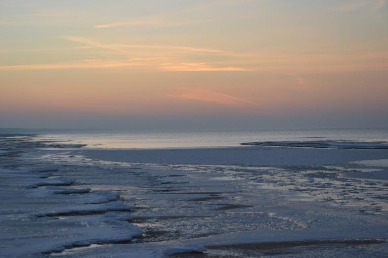 Jūras krastā nonāku īsi pēc saulrieta...