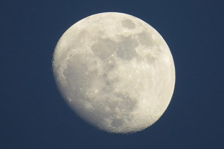 Saule vēl nav norietējusi, kad debesīs jau dižojas gandrīz pilns mēness.