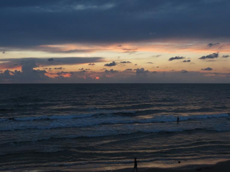 12.08. Gaišā pamale un jūras bangas, tuvojoties nakts nokrišņiem