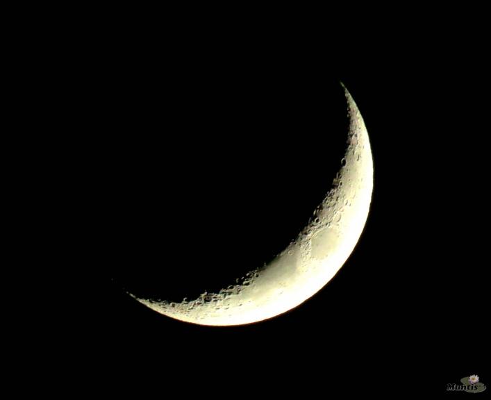 Zem pusapgāztā mēness...
